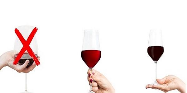 cách cầm ly rượu